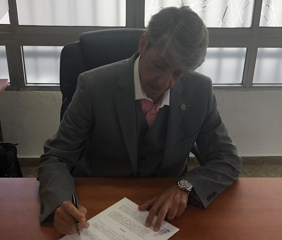 Firma del presidente de APIEMA, Antonio C. Ariza Villanueva