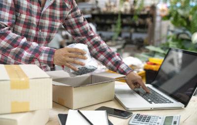 Trabajador de una tienda online prepara un envío