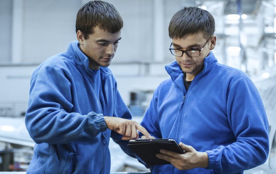 Dos operarios manejan TeKnica, el ERP más completo para empresas de mantenimiento