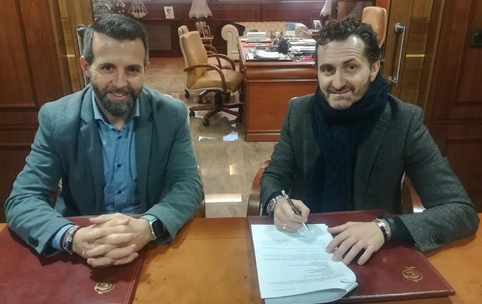 Jesús Arroyo y Vicente de Luna firman el acuerdo entre Grupo Trevenque y Grupo Luna
